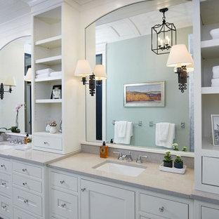 Foto de cuarto de baño principal, tradicional, grande, con armarios estilo shaker, puertas de armario blancas, ducha empotrada, paredes azules, suelo de baldosas de porcelana, encimera de cuarzo compacto, suelo gris, encimeras grises, baldosas y/o azulejos con efecto espejo y lavabo bajoencimera