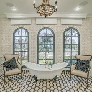 Foto di una grande stanza da bagno padronale tradizionale con ante con bugna sagomata, ante bianche, vasca con piedi a zampa di leone, lavabo sottopiano e pareti beige