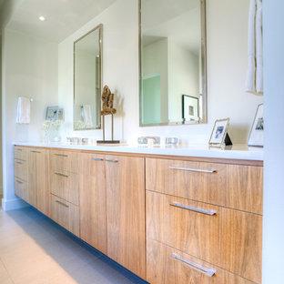 Immagine di una stanza da bagno padronale minimalista con ante lisce, ante in legno scuro, vasca da incasso, doccia alcova, WC a due pezzi, piastrelle di vetro, pareti bianche, pavimento in gres porcellanato, lavabo sottopiano e top in superficie solida