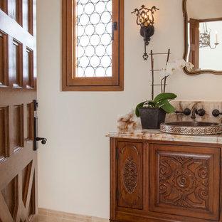 Diseño de cuarto de baño con ducha, mediterráneo, pequeño, con armarios tipo mueble, puertas de armario de madera oscura, paredes blancas, suelo de travertino, lavabo encastrado y encimera de ónix