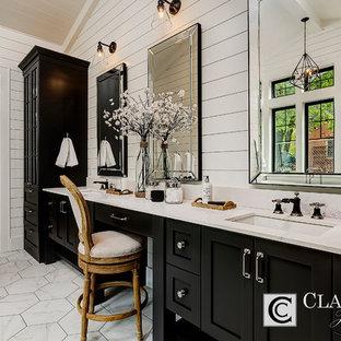 Immagine di un'ampia stanza da bagno padronale country con ante in stile shaker, ante nere, vasca freestanding, doccia alcova, piastrelle bianche, piastrelle in pietra, pareti bianche, pavimento in marmo, lavabo sottopiano e top in quarzo composito