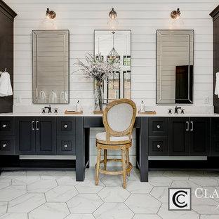 Bild på ett mycket stort lantligt en-suite badrum, med skåp i shakerstil, svarta skåp, ett fristående badkar, en dusch i en alkov, vit kakel, stenkakel, vita väggar, marmorgolv, ett undermonterad handfat och bänkskiva i kvarts