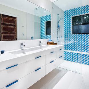 Foto di una stanza da bagno contemporanea con ante lisce, ante bianche, doccia a filo pavimento, piastrelle blu, piastrelle bianche, pareti bianche, lavabo rettangolare e doccia aperta