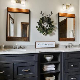 Ejemplo de cuarto de baño infantil, de estilo americano, de tamaño medio, con armarios con paneles lisos, puertas de armario de madera en tonos medios, baldosas y/o azulejos grises, suelo vinílico, lavabo bajoencimera, encimera de cuarcita, suelo blanco y paredes grises