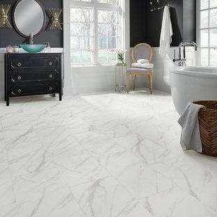 Ispirazione per una grande stanza da bagno padronale eclettica con consolle stile comò, ante nere, pareti nere, pavimento in vinile e lavabo a bacinella