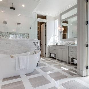 Idéer för mycket stora vintage en-suite badrum, med luckor med upphöjd panel, beige skåp, ett fristående badkar, en dubbeldusch, beige kakel, vit kakel, mosaik, vita väggar, ljust trägolv, ett undermonterad handfat, bänkskiva i akrylsten, flerfärgat golv och dusch med gångjärnsdörr