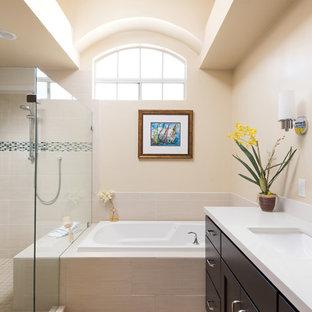 Imagen de cuarto de baño principal, mediterráneo, grande, con puertas de armario de madera en tonos medios, bañera encastrada, baldosas y/o azulejos beige, baldosas y/o azulejos de porcelana, paredes beige, lavabo bajoencimera, encimera de cuarzo compacto, ducha con puerta con bisagras y ducha doble
