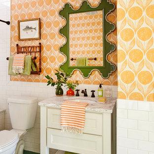 На фото: ванные комнаты в морском стиле с фасадами островного типа, белыми фасадами, белой плиткой, плиткой кабанчик, оранжевыми стенами, врезной раковиной, зеленым полом и белой столешницей