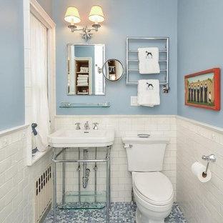 Immagine di una piccola stanza da bagno padronale tradizionale con WC monopezzo, piastrelle blu, piastrelle in ceramica, pareti blu, pavimento con piastrelle in ceramica, lavabo a colonna, nessun'anta e pavimento multicolore