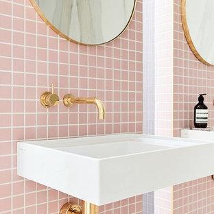 Foto på ett mellanstort vintage en-suite badrum, med rosa kakel, keramikplattor, rosa väggar, ett väggmonterat handfat och öppna hyllor