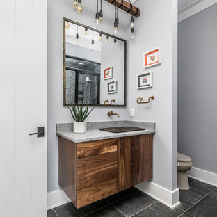 Идея дизайна: большая главная ванная комната в стиле кантри с фасадами в стиле шейкер, зелеными фасадами, отдельно стоящей ванной, угловым душем, унитазом-моноблоком, керамической плиткой, серыми стенами, полом из керамической плитки, накладной раковиной, столешницей из гранита, разноцветным полом, душем с распашными дверями и разноцветной столешницей