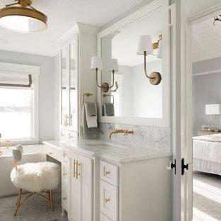 Idéer för stora vintage vitt en-suite badrum, med vita skåp, ett fristående badkar, grå väggar, marmorgolv, ett undermonterad handfat, marmorbänkskiva, grått golv och skåp i shakerstil