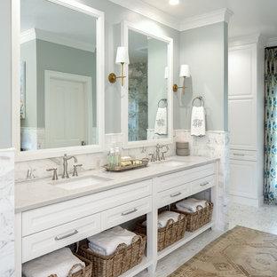 Idee per una stanza da bagno padronale tradizionale di medie dimensioni con nessun'anta, ante bianche, piastrelle bianche, piastrelle di marmo, pareti grigie, pavimento in marmo, lavabo sottopiano e top grigio