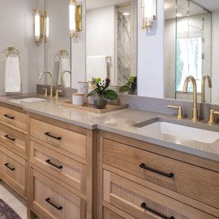 Свежая идея для дизайна: большая главная ванная комната в современном стиле с фасадами с утопленной филенкой, коричневыми фасадами, душем без бортиков, унитазом-моноблоком, белой плиткой, керамогранитной плиткой, серыми стенами, полом из керамогранита, врезной раковиной, столешницей из искусственного кварца, желтым полом, душем с распашными дверями и серой столешницей - отличное фото интерьера