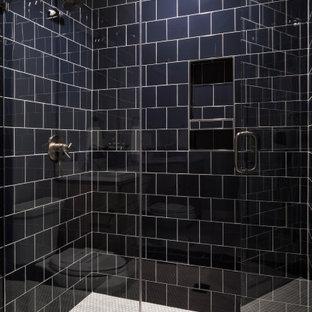 Modern inredning av ett stort gul gult badrum för barn, med luckor med infälld panel, bruna skåp, en dusch i en alkov, en toalettstol med hel cisternkåpa, blå kakel, porslinskakel, grå väggar, klinkergolv i porslin, ett undermonterad handfat, marmorbänkskiva, grått golv och dusch med gångjärnsdörr