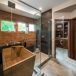 Inspiration för ett stort orientaliskt beige beige en-suite badrum, med luckor med infälld panel, skåp i mellenmörkt trä, ett japanskt badkar, en dusch i en alkov, en toalettstol med hel cisternkåpa, beige kakel, porslinskakel, beige väggar, klinkergolv i porslin, ett undermonterad handfat, bänkskiva i kvartsit, beiget golv och dusch med gångjärnsdörr