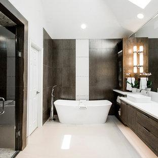 Идея дизайна: большая главная ванная комната в современном стиле с плоскими фасадами, фасадами цвета дерева среднего тона, отдельно стоящей ванной, душем без бортиков, бежевой плиткой, белыми стенами, настольной раковиной, столешницей из талькохлорита, бежевым полом, душем с распашными дверями и белой столешницей