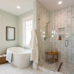 Inspiration för ett stort vintage vit vitt en-suite badrum, med ett fristående badkar, en dusch i en alkov, grå kakel, gröna väggar, grått golv, dusch med gångjärnsdörr, skåp i shakerstil, grå skåp, ett undermonterad handfat och bänkskiva i kvartsit