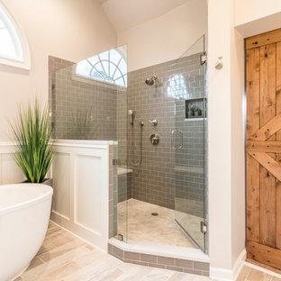 Inspiration för ett stort vintage vit vitt en-suite badrum, med skåp i shakerstil, vita skåp, ett fristående badkar, en hörndusch, en toalettstol med hel cisternkåpa, grå kakel, porslinskakel, beige väggar, klinkergolv i porslin, ett undermonterad handfat, bänkskiva i kvarts, beiget golv och dusch med gångjärnsdörr