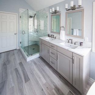 Idéer för att renovera ett stort vintage vit vitt en-suite badrum, med skåp i shakerstil, en toalettstol med hel cisternkåpa, ett undermonterad handfat, dusch med gångjärnsdörr, grå skåp, ett fristående badkar, en hörndusch, flerfärgad kakel, blå väggar, klinkergolv i porslin, bänkskiva i kvarts och flerfärgat golv