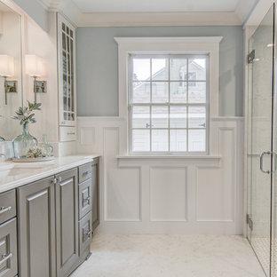 Mittelgroßes Klassisches Duschbad mit profilierten Schrankfronten, grauen Schränken, bodengleicher Dusche, Toilette mit Aufsatzspülkasten, weißen Fliesen, Porzellanfliesen, blauer Wandfarbe, Porzellan-Bodenfliesen, Unterbauwaschbecken, Quarzwerkstein-Waschtisch, weißem Boden, Falttür-Duschabtrennung, weißer Waschtischplatte, Duschbank, Einzelwaschbecken, freistehendem Waschtisch und vertäfelten Wänden in New York