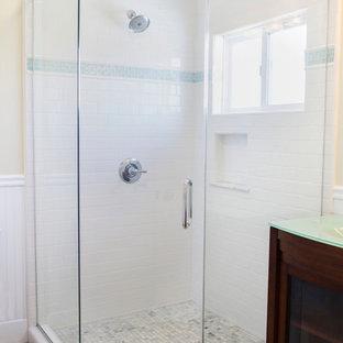 Idee per una stanza da bagno con doccia stile americano di medie dimensioni con top in vetro, doccia ad angolo, piastrelle bianche e piastrelle in ceramica