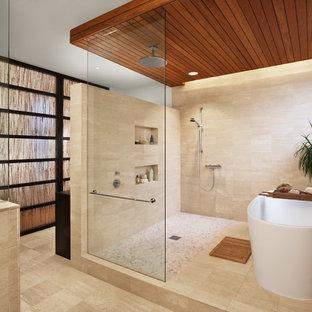 Новый формат декора квартиры: большая главная ванная комната в современном стиле с отдельно стоящей ванной, каменной плиткой, бежевыми стенами, полом из травертина, бежевым полом и открытым душем