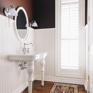 Idee per una stanza da bagno tradizionale con lavabo a consolle e pareti marroni