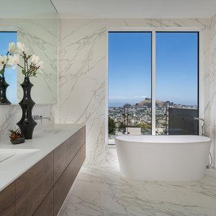 Modern inredning av ett badrum