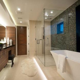 Immagine di una grande stanza da bagno padronale moderna con ante lisce, ante in legno bruno, vasca freestanding, doccia doppia, WC monopezzo, piastrelle verdi, pareti beige, lavabo sottopiano e pavimento in gres porcellanato