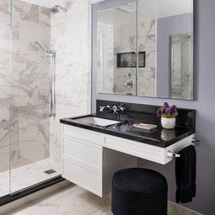 Ejemplo de cuarto de baño con ducha, contemporáneo, pequeño, con paredes púrpuras, encimeras negras, armarios con paneles empotrados, puertas de armario blancas, ducha empotrada, baldosas y/o azulejos blancos, baldosas y/o azulejos de mármol, suelo de mármol, lavabo bajoencimera, suelo blanco y encimera de acrílico