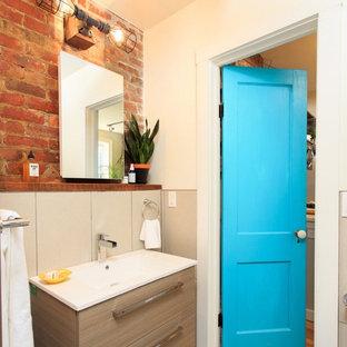 Modernes Badezimmer mit flächenbündigen Schrankfronten, beigen Schränken, oranger Wandfarbe und Einbauwaschbecken in Boston