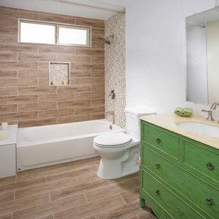 На фото: со средним бюджетом маленькие ванные комнаты в стиле кантри с накладной раковиной, фасадами островного типа, зелеными фасадами, столешницей из гранита, ванной в нише, душем над ванной, раздельным унитазом, коричневой плиткой, керамической плиткой, белыми стенами, полом из керамической плитки и душевой кабиной