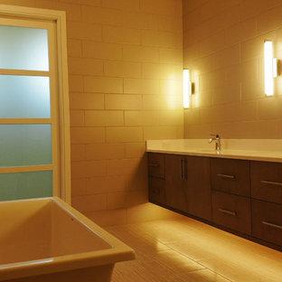 他の地域の広い地中海スタイルのおしゃれなマスターバスルーム (白いキャビネット、置き型浴槽、オープン型シャワー、壁掛け式トイレ、グレーのタイル、磁器タイル、オーバーカウンターシンク、珪岩の洗面台、オープンシャワー、白い洗面カウンター) の写真