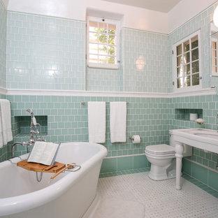 Idee per una stanza da bagno padronale minimalista di medie dimensioni con vasca freestanding, piastrelle verdi, doccia alcova, WC a due pezzi, piastrelle di vetro, pareti verdi, pavimento con piastrelle in ceramica e lavabo sottopiano