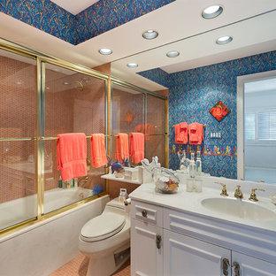 Esempio di una stanza da bagno padronale mediterranea di medie dimensioni con ante con bugna sagomata, ante bianche, vasca ad alcova, vasca/doccia, WC monopezzo, piastrelle rosse, piastrelle a mosaico, pareti multicolore, pavimento con piastrelle a mosaico, lavabo integrato, top in superficie solida, pavimento rosso, porta doccia scorrevole e top bianco