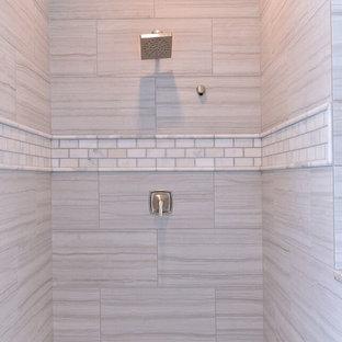Mittelgroßes Klassisches Duschbad mit Schrankfronten im Shaker-Stil, weißen Schränken, Granit-Waschbecken/Waschtisch, Unterbauwaschbecken, bodengleicher Dusche, beiger Wandfarbe und dunklem Holzboden in Phoenix