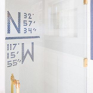 Idéer för ett klassiskt badrum, med luckor med lamellpanel, vita skåp, en dusch i en alkov, kakel i småsten, blå väggar, marmorbänkskiva och dusch med gångjärnsdörr