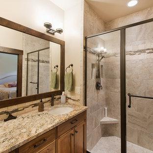 Immagine di una stanza da bagno padronale stile rurale con ante con riquadro incassato, ante marroni, doccia aperta, piastrelle beige, piastrelle in travertino, pareti beige, pavimento in gres porcellanato, lavabo sottopiano, top in granito, pavimento beige e porta doccia a battente