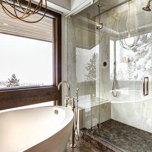 Foto di una grande stanza da bagno padronale minimalista con vasca freestanding, doccia alcova, WC a due pezzi, piastrelle beige, piastrelle bianche, lastra di pietra, pareti grigie, pavimento con piastrelle in ceramica, pavimento marrone e porta doccia a battente