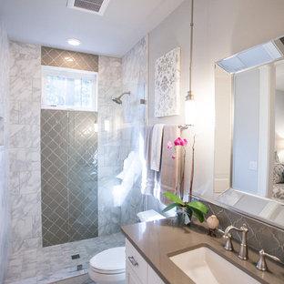 Aménagement d'une salle d'eau contemporaine de taille moyenne avec un placard avec porte à panneau encastré, des portes de placard blanches, un espace douche bain, un WC séparé, un carrelage gris, un carrelage blanc, des carreaux de porcelaine, un mur gris, un sol en carrelage de porcelaine, un lavabo encastré, un plan de toilette en surface solide, un sol multicolore et aucune cabine.