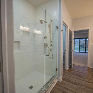Idee per una stanza da bagno padronale american style di medie dimensioni con porta doccia a battente