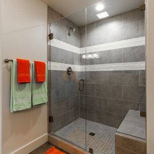 Ejemplo de cuarto de baño principal, contemporáneo, de tamaño medio, con armarios estilo shaker, puertas de armario blancas, ducha empotrada, sanitario de dos piezas, baldosas y/o azulejos grises, baldosas y/o azulejos de porcelana, paredes blancas, suelo vinílico, lavabo bajoencimera, encimera de granito, suelo gris, ducha con puerta con bisagras y encimeras amarillas
