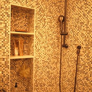 ニューアークの中サイズの地中海スタイルのおしゃれなマスターバスルーム (フラットパネル扉のキャビネット、中間色木目調キャビネット、コーナー設置型シャワー、分離型トイレ、マルチカラーのタイル、モザイクタイル、ベージュの壁、セラミックタイルの床、アンダーカウンター洗面器、クオーツストーンの洗面台、ベージュの床、開き戸のシャワー) の写真