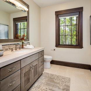 Idee per un'ampia stanza da bagno rustica con ante grigie, top in marmo, ante con riquadro incassato, piastrelle marroni, piastrelle a mosaico, pareti bianche, lavabo sottopiano, pavimento beige e top beige