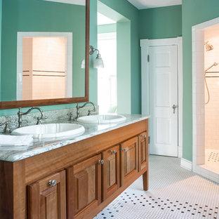 Foto di una stanza da bagno chic con lavabo da incasso, doccia ad angolo, pareti verdi e pavimento con piastrelle a mosaico