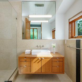 Пример оригинального дизайна: маленькая ванная комната в стиле лофт с фасадами цвета дерева среднего тона, бежевой плиткой, керамогранитной плиткой, белыми стенами, полом из керамогранита, настольной раковиной, столешницей из дерева, душевой кабиной и разноцветным полом