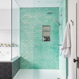Foto di una grande stanza da bagno padronale nordica con vasca da incasso, doccia a filo pavimento, WC sospeso, piastrelle verdi, piastrelle diamantate, pareti bianche, pavimento con piastrelle in ceramica, lavabo sospeso, pavimento grigio e doccia aperta