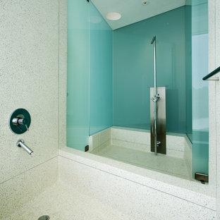 На фото: ванные комнаты в стиле модернизм с душем над ванной, синей плиткой и плиткой из листового стекла