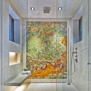 Foto di una stanza da bagno design con doccia alcova, piastrelle multicolore e lastra di pietra